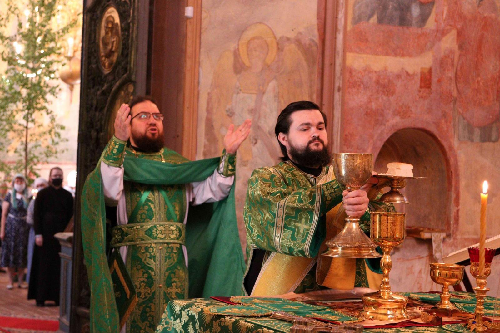 Студенты семинарии молитвенно отметили праздник Святой Троицы
