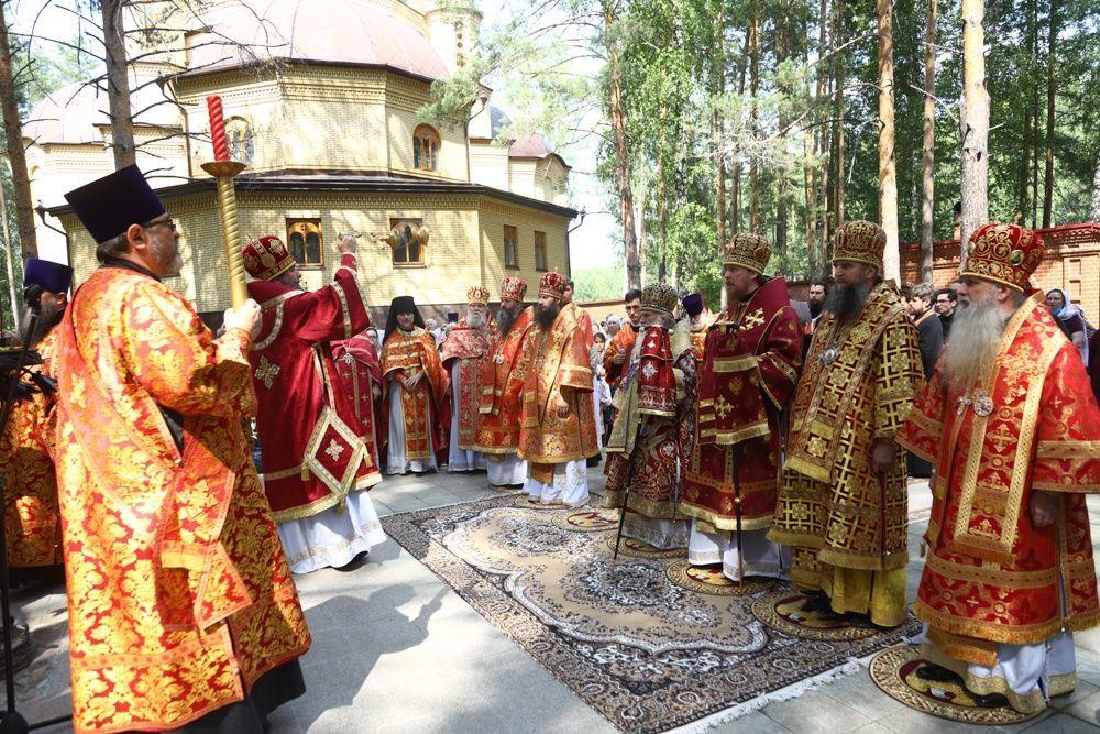 В годовщину гибели преподобномучениц великой княгини Елисаветы и инокини Варвары в Алапаевске состоялась соборная Литургия