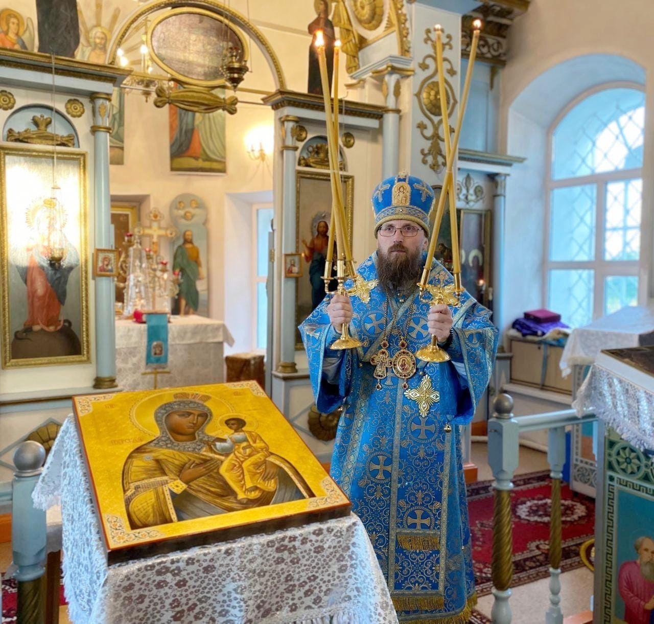 В канун дня памяти Тихвинской иконы Божией Матери епископ Игнатий совершил вечернее богослужение в храме села Носовского