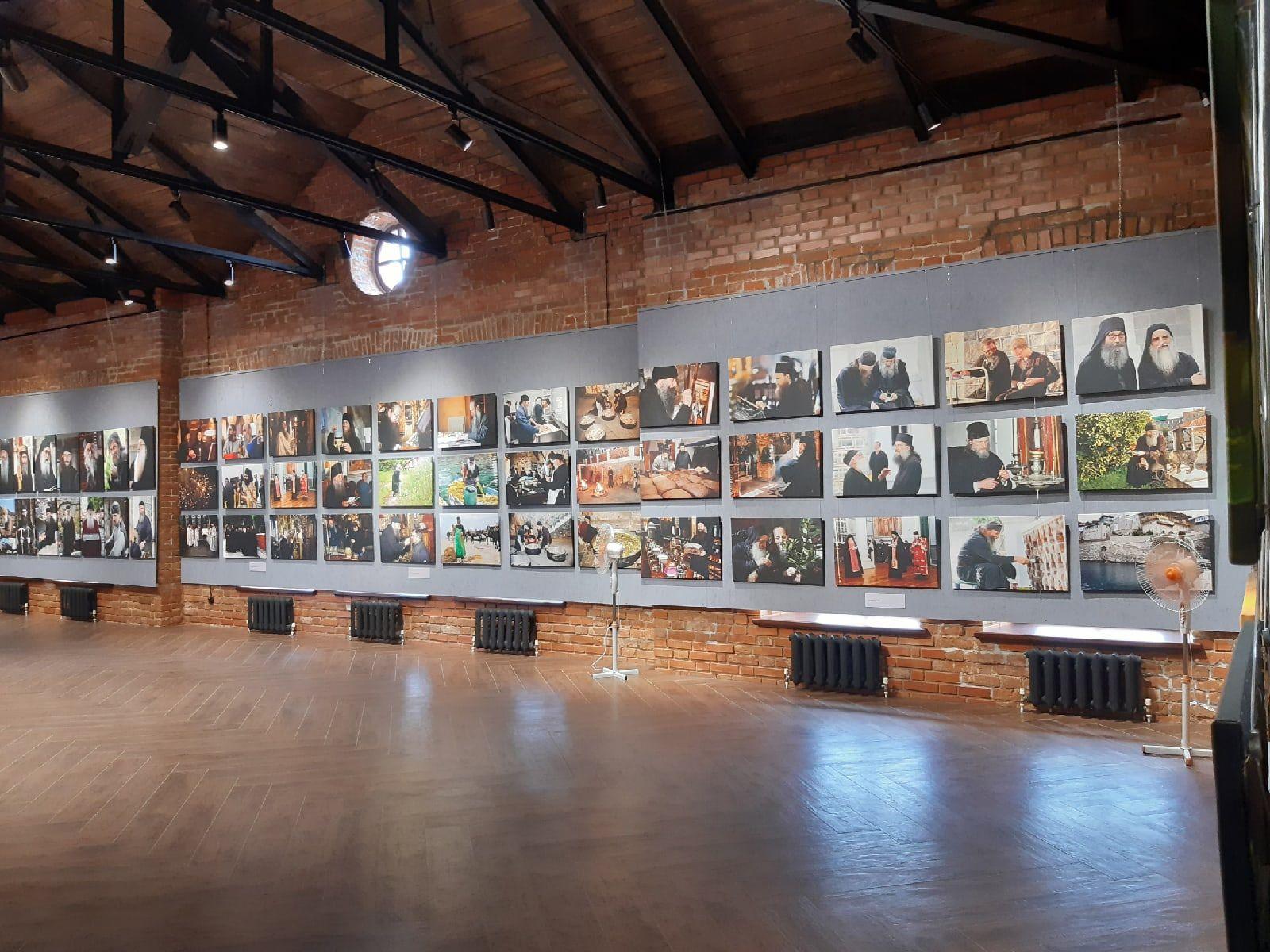 Череповчане с ограниченными возможностями здоровья побывали на фотовыставке «Наш Афон»