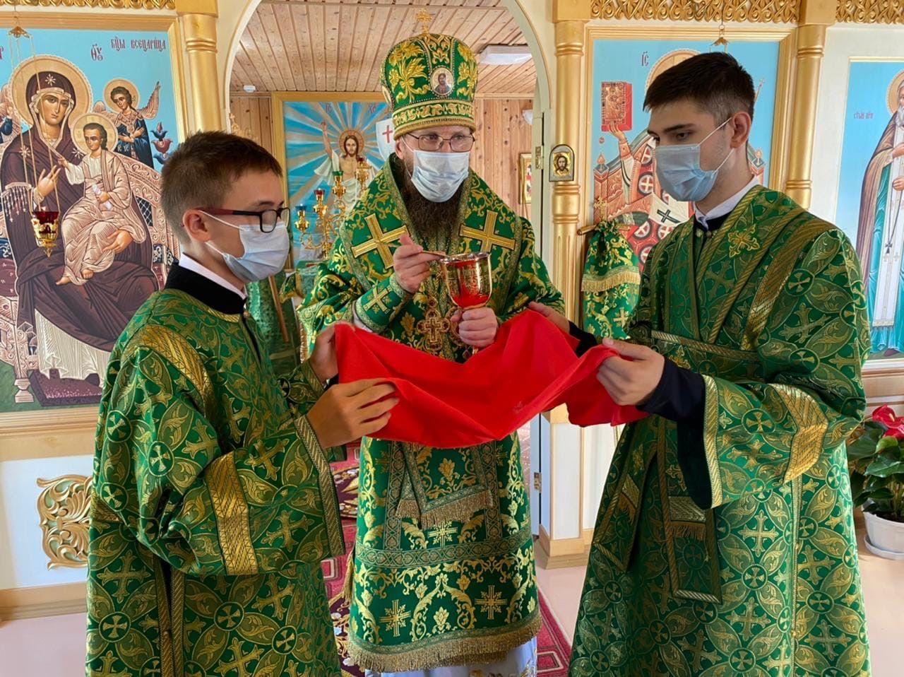 Епископ Игнатий совершил праздничную Литургию в храме преподобного Серафима Саровского в поселке Хохлово Кадуйского района