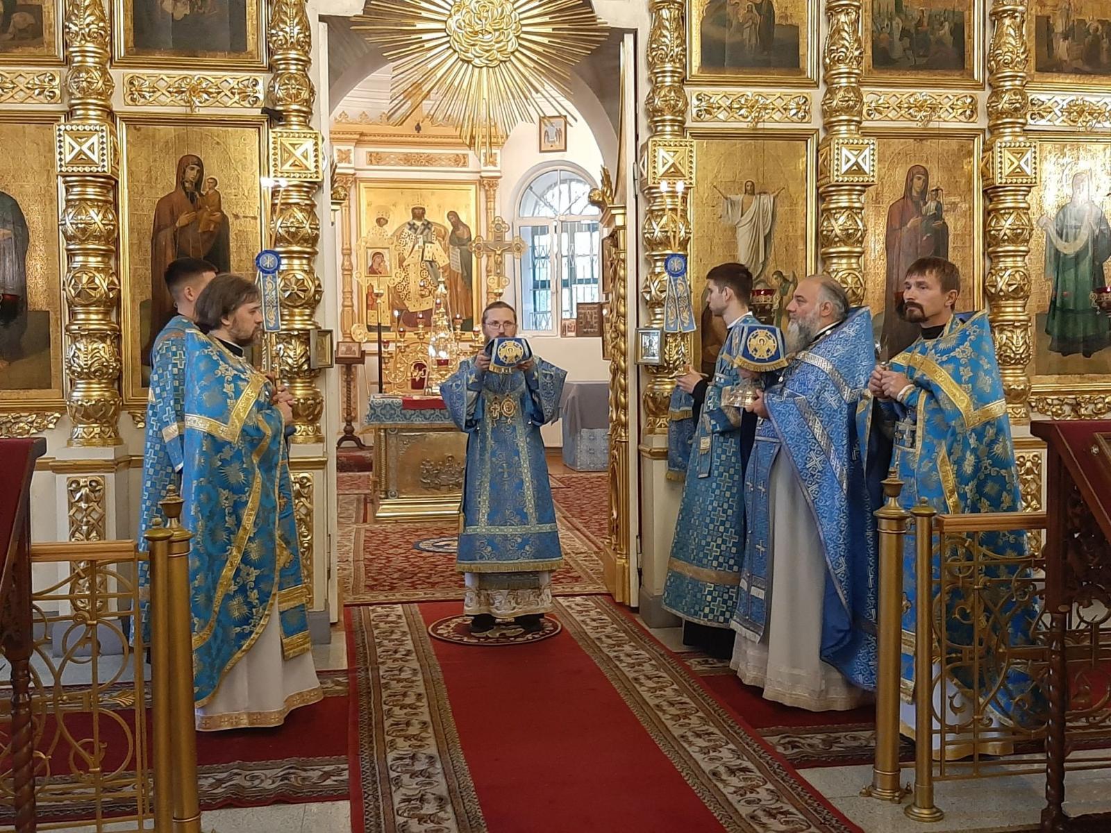 Владыка Игнатий возглавил Литургию в Воскресенском соборе города Череповца