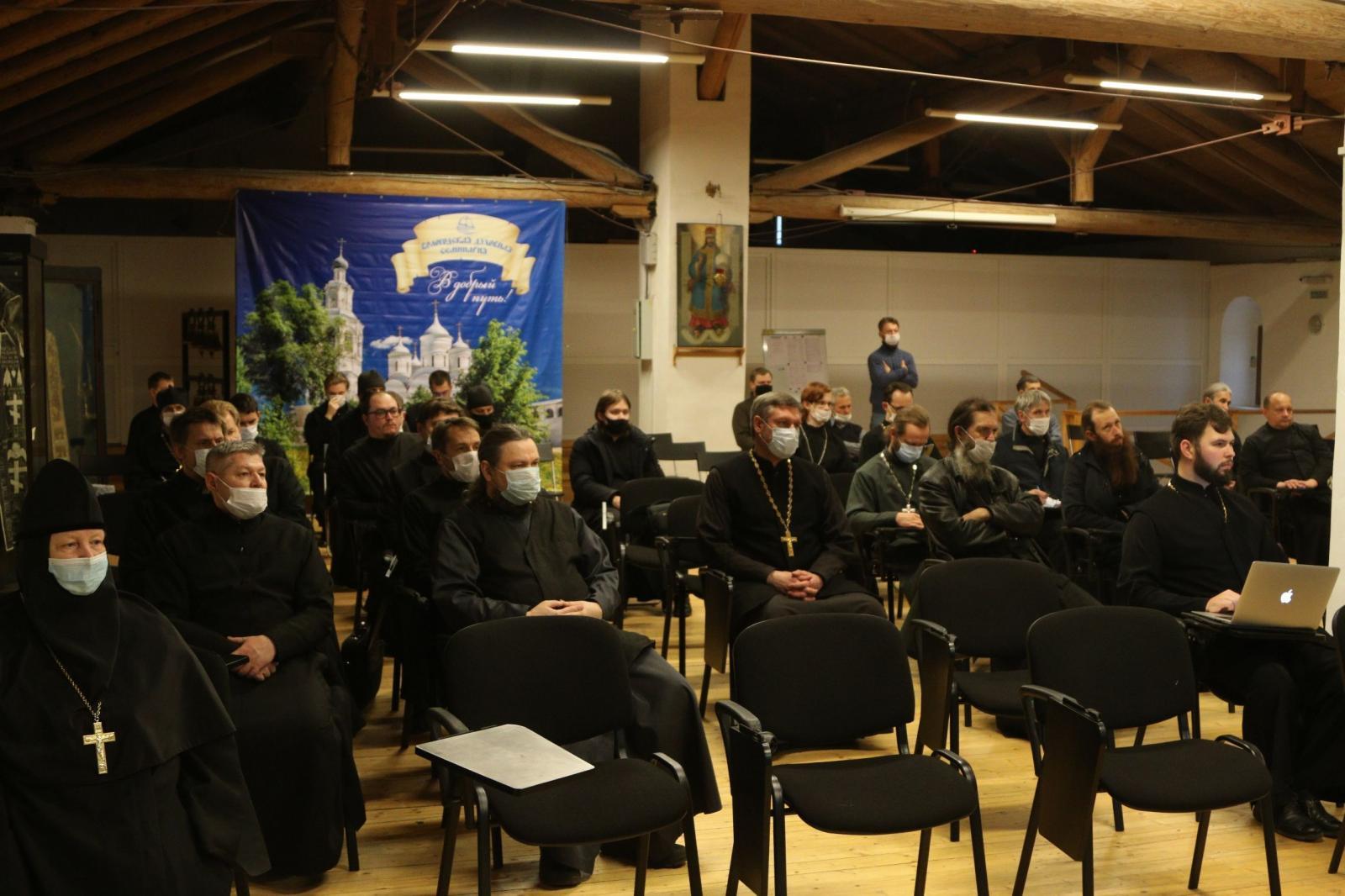 Преподаватели и студенты семинарии посетили лекцию председателя Комитета по охране объектов культурного наследия Вологодской области Елены Кукушкиной