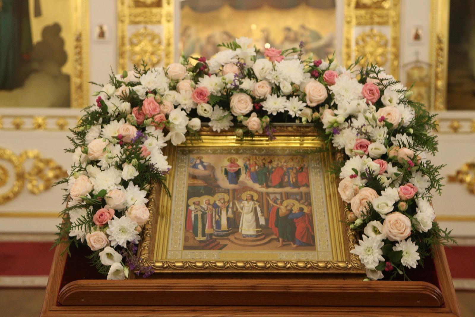 В праздник Покрова Пресвятой Богородицы студенты семинарии молились за богослужением в Воскресенском кафедральном соборе Вологды
