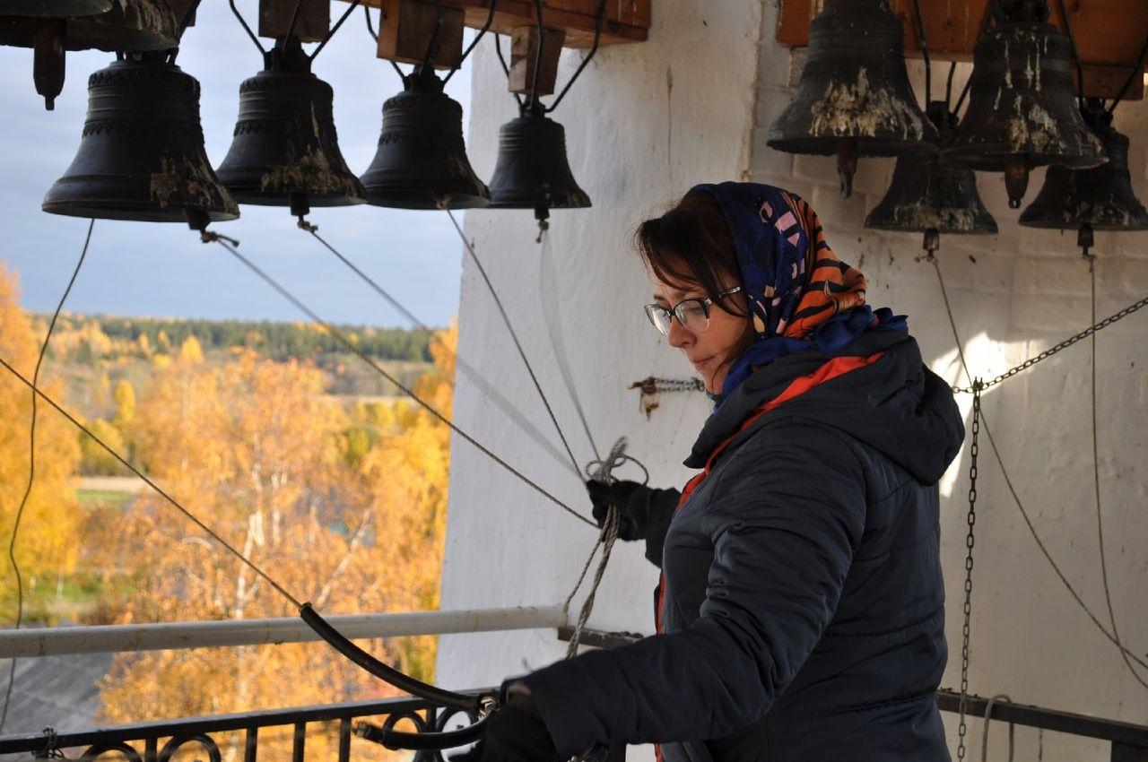 Звонари череповецкого клуба «Кампанъ» проехали с колокольным звоном по центральным улицам поселка Чëбсары